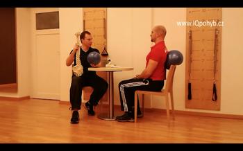 Video - Jak správně sedět v kanceláři s pomocí malého míče - s overballem?